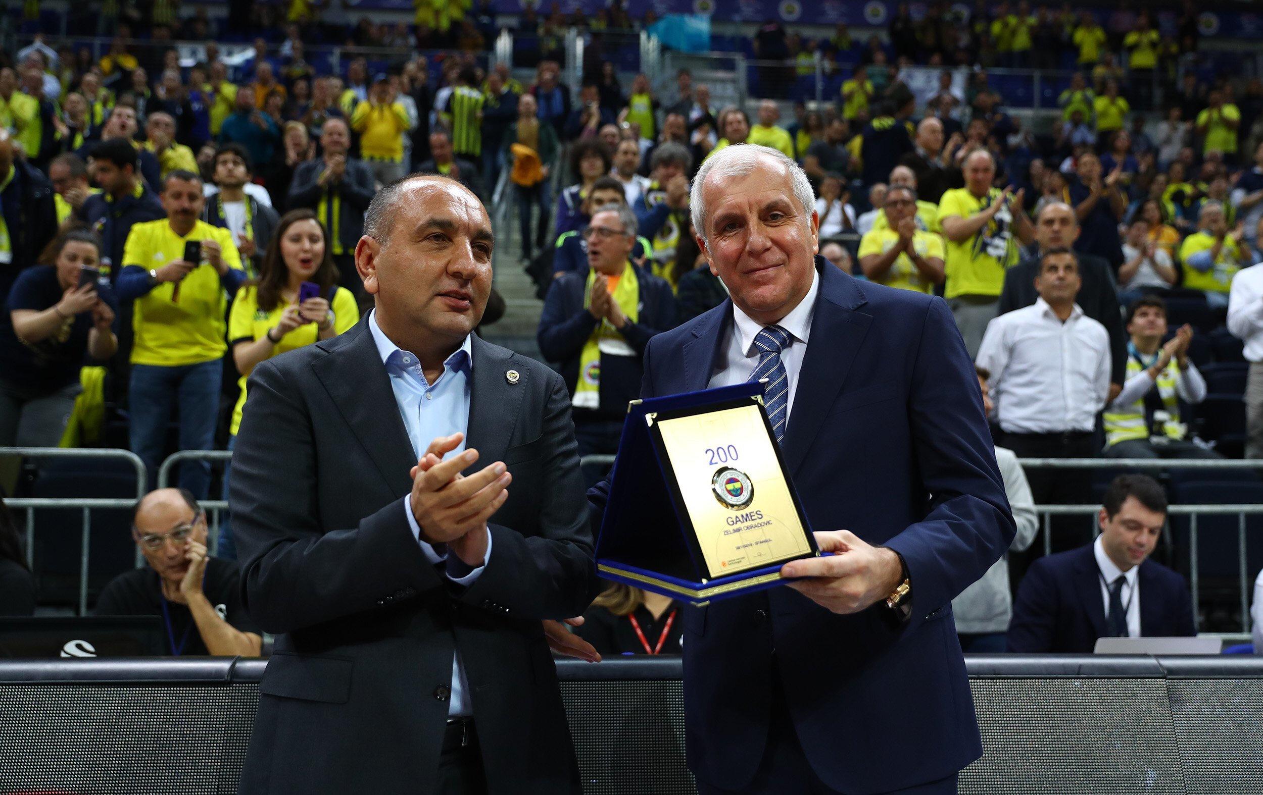 Sarı-lacivertlilerin başında 200'üncü EuroLeague maçına çıkan Zeljko Obradovic, bu özel akşamın anısına hazırlanan plaketi Başkan Vekili ve Basketbol Şube Sorumlusu Semih Özsoy'un elinden aldı.