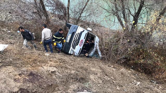 Hentbol takımını taşıyan minibüs devrildi: 2 ölü 15 yaralı