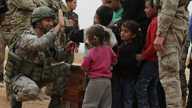 TSK'den Tel Abyad'daki sivillere gıda ve sağlık yardımı: Bölge sakinleri, askerleri mutlulukla karşıladı