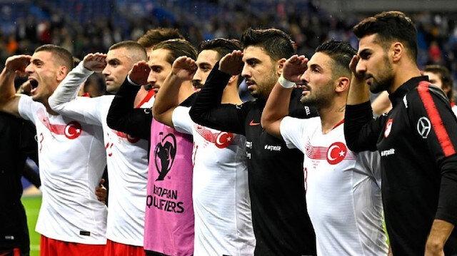 Milli futbolcular, Arnavutluk ve Fransa maçlarında 'Barış Pınarı Harekatı'nda görev alan Mehmetçik'e asker selamıyla mesaj göndermişti.