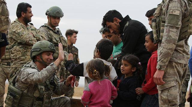 """الجيش التركي يرسم """"البسمة"""" على وجوه أهالي تل أبيض السورية"""