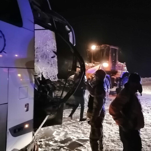Sivas-Erzincan kara yolunda yolcu otobüsüyle kar küreme aracı çarpıştı: 1 ölü