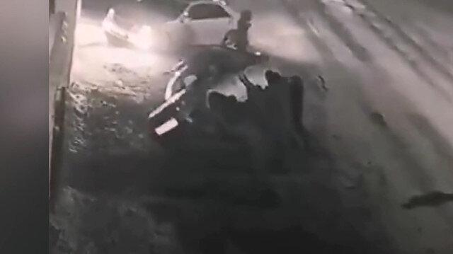 Rusya'da taşkınlık çıkaran alkollü grup polis aracını devirdi