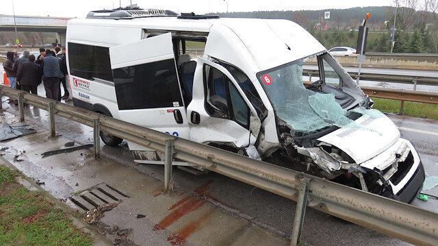 İstanbul Pendik'te servis minibüsü yağmur sonrası kayganlaşan yolda devrildi