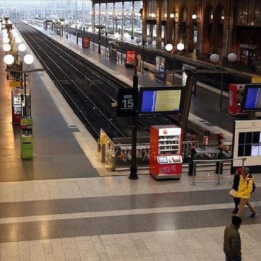 """إضراب فرنسا.. توقف حركة القطارات وإغلاق """"برج إيفل"""""""