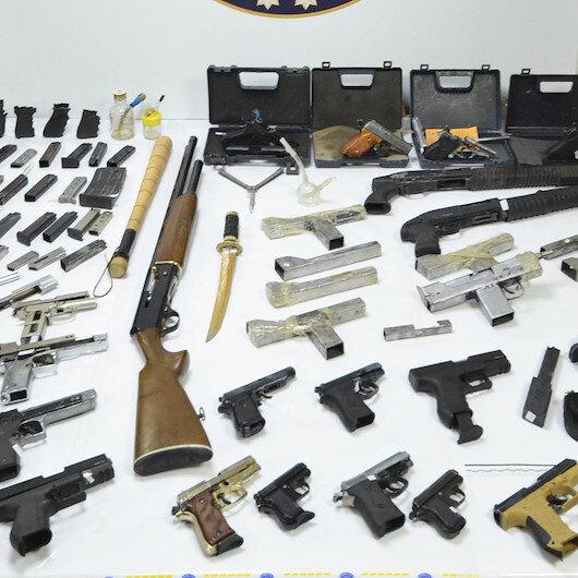 Denizli'de 27 silah ile yakalanan bir kişi tutuklandı