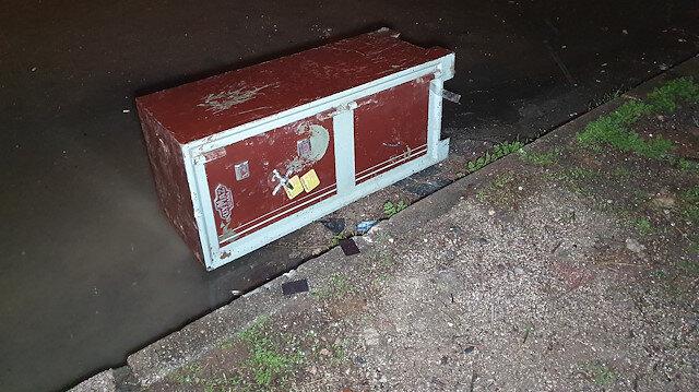 Çaldıkları 150 kiloluk para kasasını sürükleyerek götürürken polisi gören hırsızlar kasayı bırakıp kaçtı