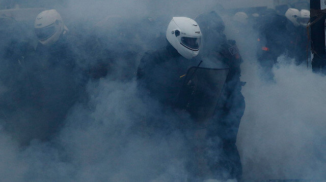 Fransa'daki şiddetlenen gösterilerde polis sis bombası kullandı