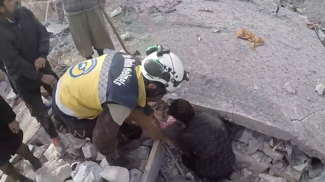 Enkaz altındaki anne çocuklarını sordu, kurtarma ekipleri hüngür hüngür ağladı