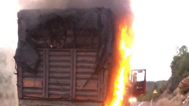 Odun yüklü TIR'daki yangını itfaiye söndürdü