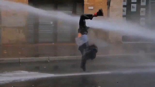Fransa'da polis eylemcilere tazyikli su ve biber gazı ile müdahale etti