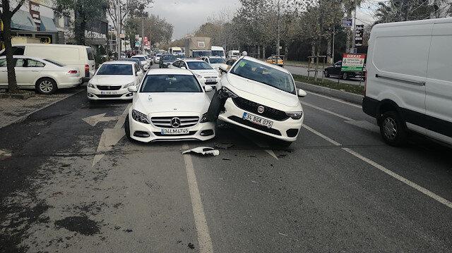 Bakırköy'de ilginç kaza: Lüks aracın üzerine çıkarak durabildi