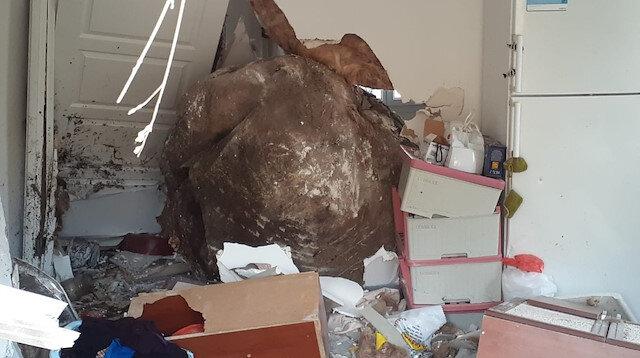 Tunceli'de dağdan kopan devasa kaya evi deldi: O anda evde bulunan anne ve oğlu büyük korku yaşadı