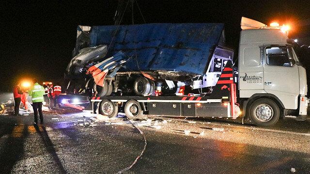 Düzce'de kargo TIR'ın büyük hatası felakete neden oldu: Yolcu otobüsünün şoförü ile muavini olay yerinde can verdi