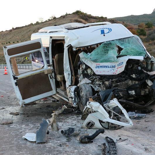 Çanakkale'de işçi minibüsü vince çarptı: 15 yaralı