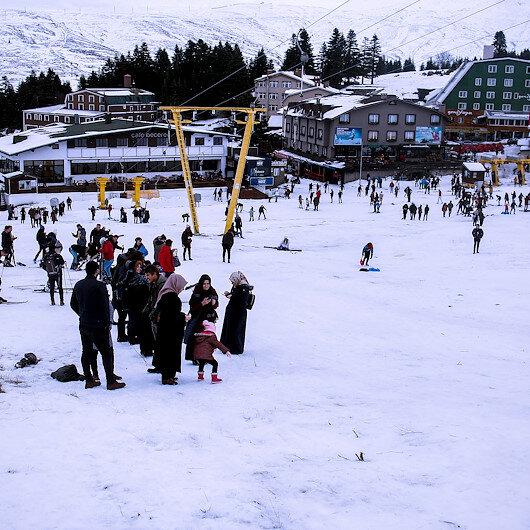 """إقبال كبير مع افتتاح موسم السياحة الشتوية بجبل """"أولوداغ"""" بتركيا"""