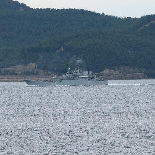 Güvertesinde çok sayıda askerin bulunduğu Rus savaş gemisi 'Azov', Çanakkale Boğazı'ndan geçti