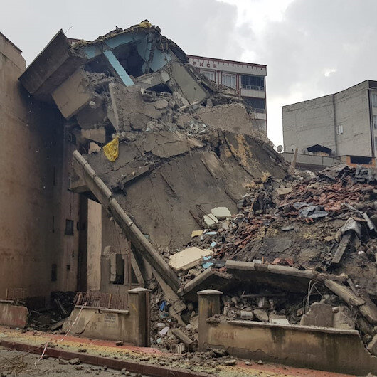 Siirt'te korkutan olay: Yıkılan 4 katlı bina yan yattı