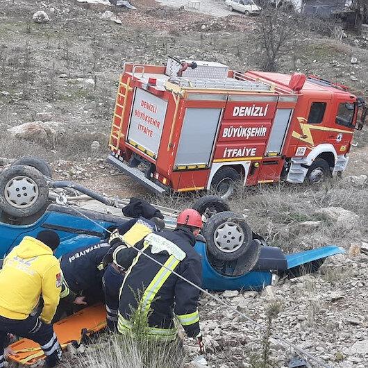 Denizli'de otomobil şarampole yuvarlandı: Araçta sıkışan 2 kişi itfaiye ekiplerince kurtarıldı