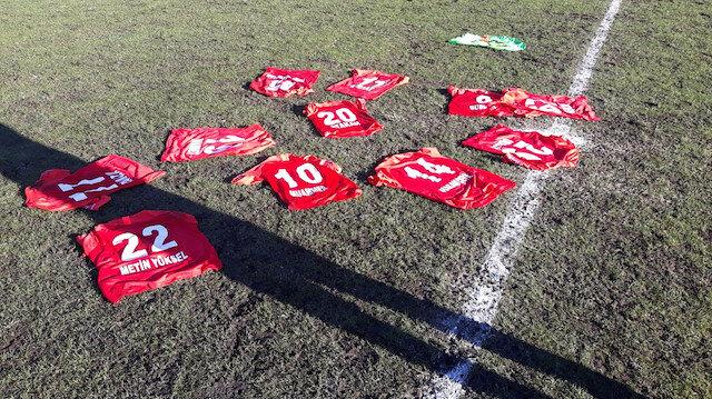 Futbolculardan protesto: Formaları sahada bıraktılar