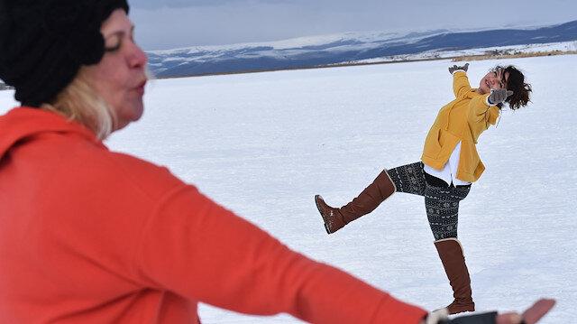 """بحيرة """"تشيلدر"""" بتركيا.. متعة التزلج على المياه المتجمدة"""