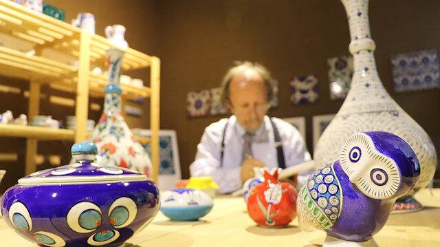 فنان تركي يعرّف بالزخرفة العثمانية في العالم