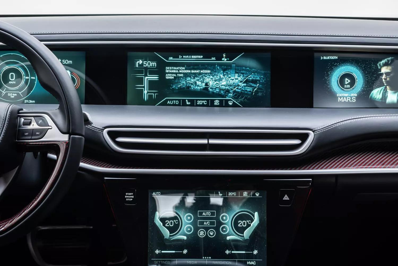 Yerli otomobilin konsol altında 10 inç büyüklüğünde eğlence-bilgi ekranı yer alıyor.