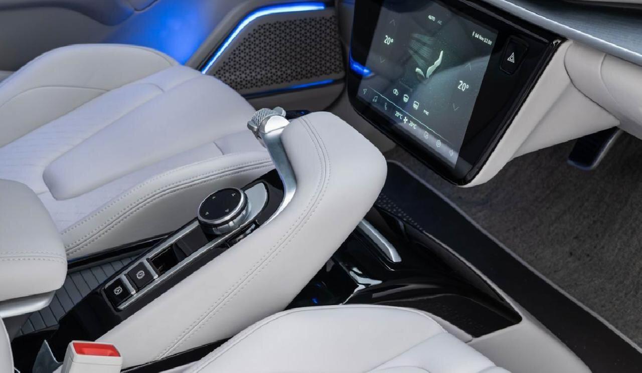 Yerli otomobilin herkesin merak ettiği vitesin de yer aldığı orta konsol bölümü.
