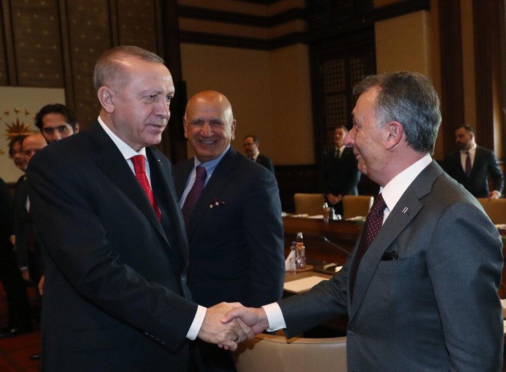 Cumhurbaşkanı Erdoğan kulüp başkanlarıyla tek tek tokalaştı.