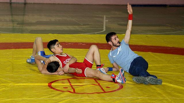 Türkiye Güreş Federasyonu'nun ilk bedensel engelli hakemi oldu.