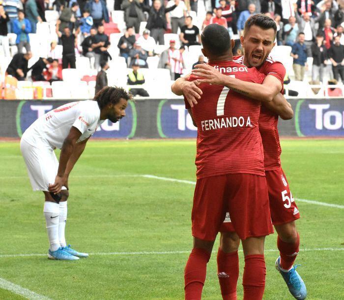 Sivasspor, Antalyaspor'u 2-1 mağlup etmişti.