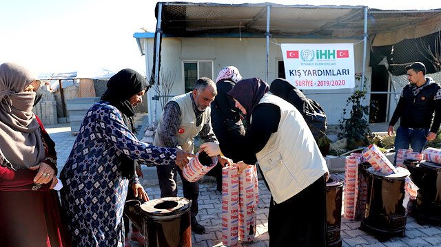 """""""الإغاثة"""" التركية توزع مساعدات على النازحين واليتامى بسوريا"""