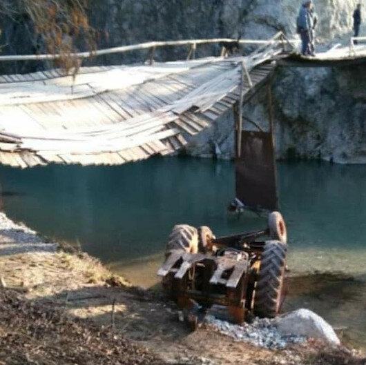Tahta köprüden geçerken halat koptu: Traktör çaya düştü