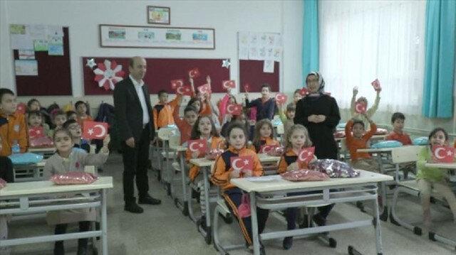 تلاميذ أتراك يرسلون أوشحة وقبعات شتوية لأطفال إدلب