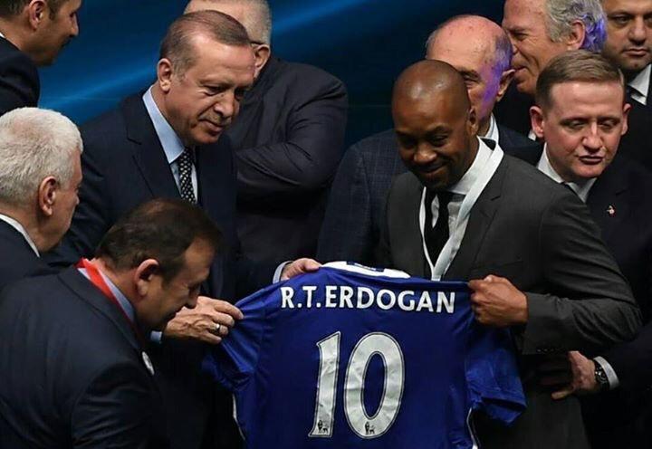 Eddie Newton, Cumhurbaşkanı Erdoğan'a isminin yazılı olduğu Chelsea forması hediye etti.