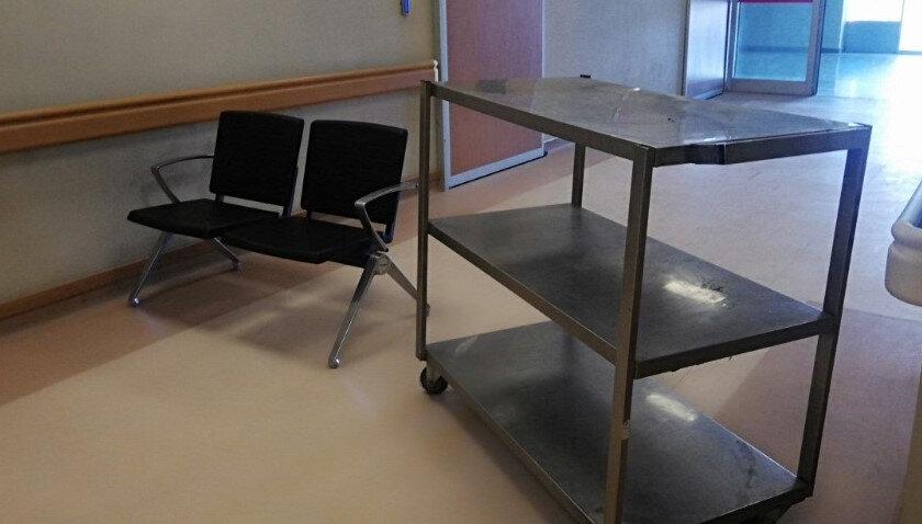 Hastanede kırmızı alan konulan masa ve sandalye ile kapatıldı.
