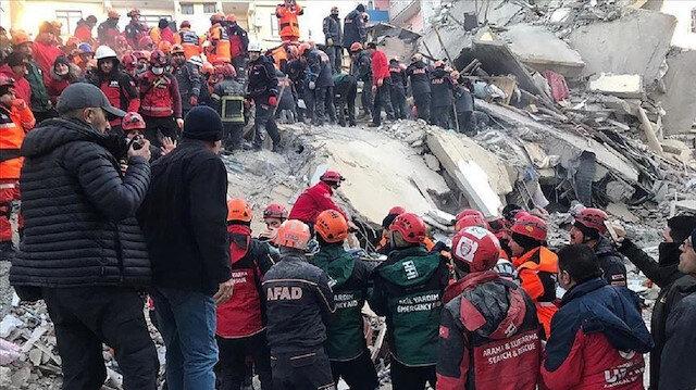 انقاذ سيدتين من تحت الأنقاض في ألازيغ التركية