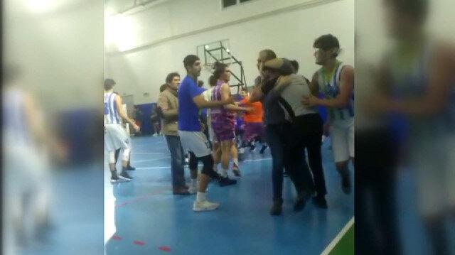 Antrenör ve oyuncular hakemleri dövdü