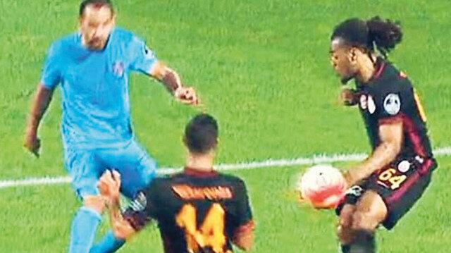 Cüneyt Çakır ceza sahası içerisinde yaşanan bu pozisyonda penaltı düdüğünü çalmadı.