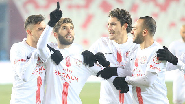 Antalyasporlu futbolcuların gol sevinci.