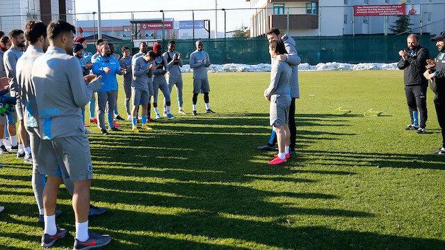 Takım arkadaşları Abdülkadir Ömür'ü alkışlarla karşıladı.
