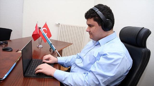 """بولات.. أول تركي كفيف يعمل مهندسا للبرمجيات في """"فيسبوك"""""""