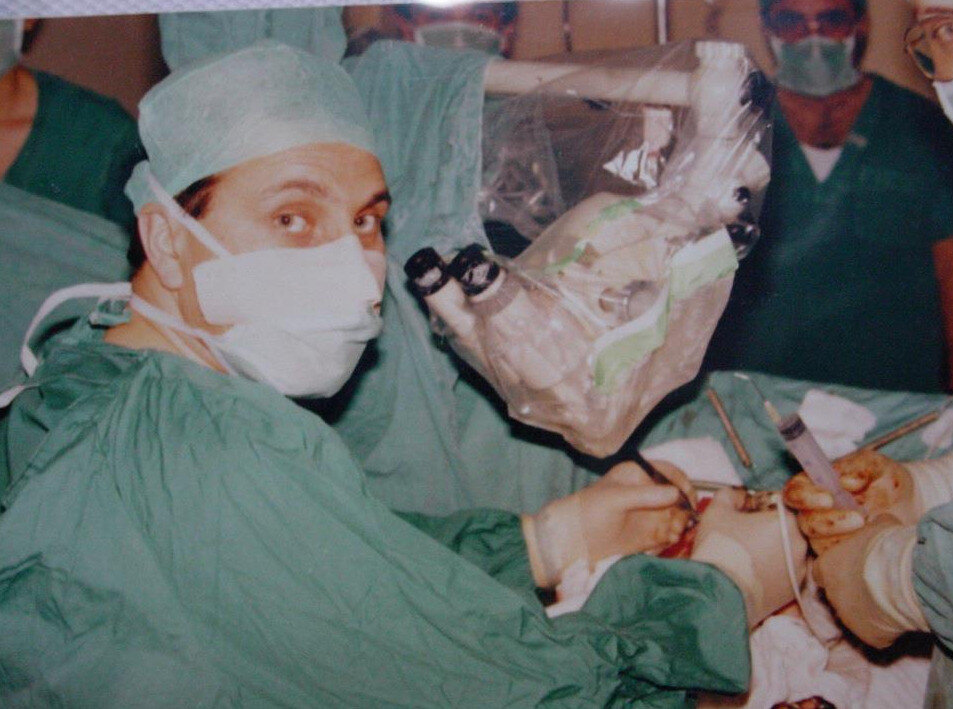 Bir ameliyat sırasında İsmail Hakkı Aydın.