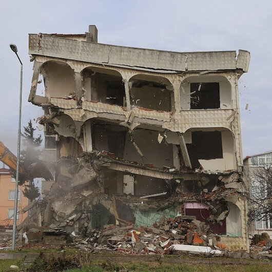 Büyükçekmece'de deprem riski taşıyan 4 katlı bina ekipler tarafından yıkıldı