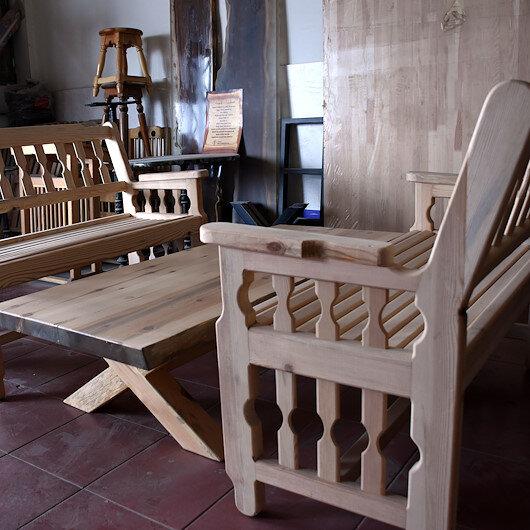 منذ نصف قرن.. نجار تركي يشكّل من الخشب تحفاً منزلية