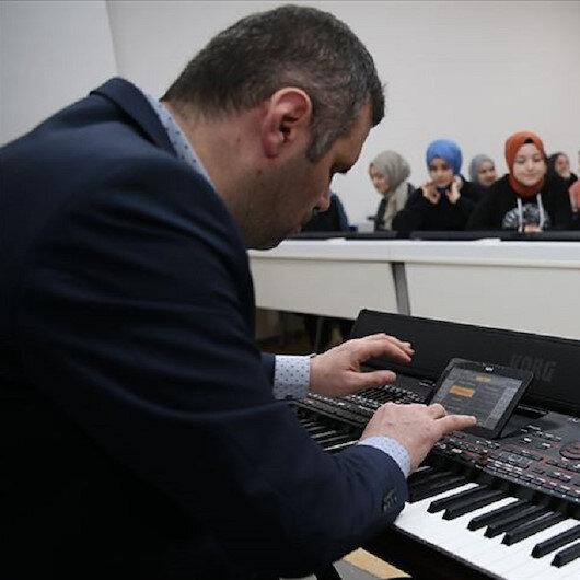 تركي كفيف البصر يحبب تلاميذه الموسيقى والشغف بها