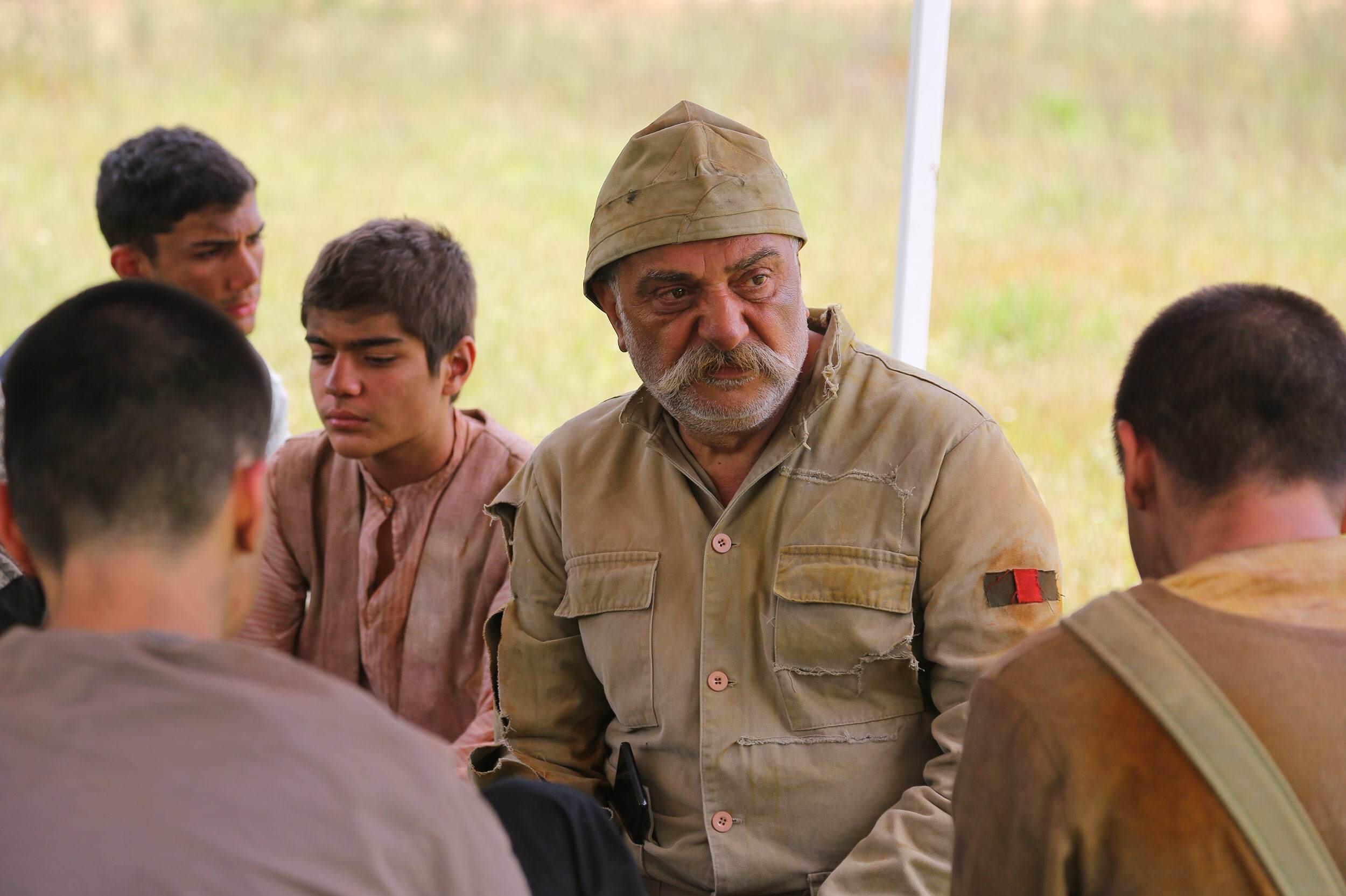 Çevik gibi usta isimlerin yanı sıra asker rolünü oynayan sayısız vatandaş filmde rol aldı.
