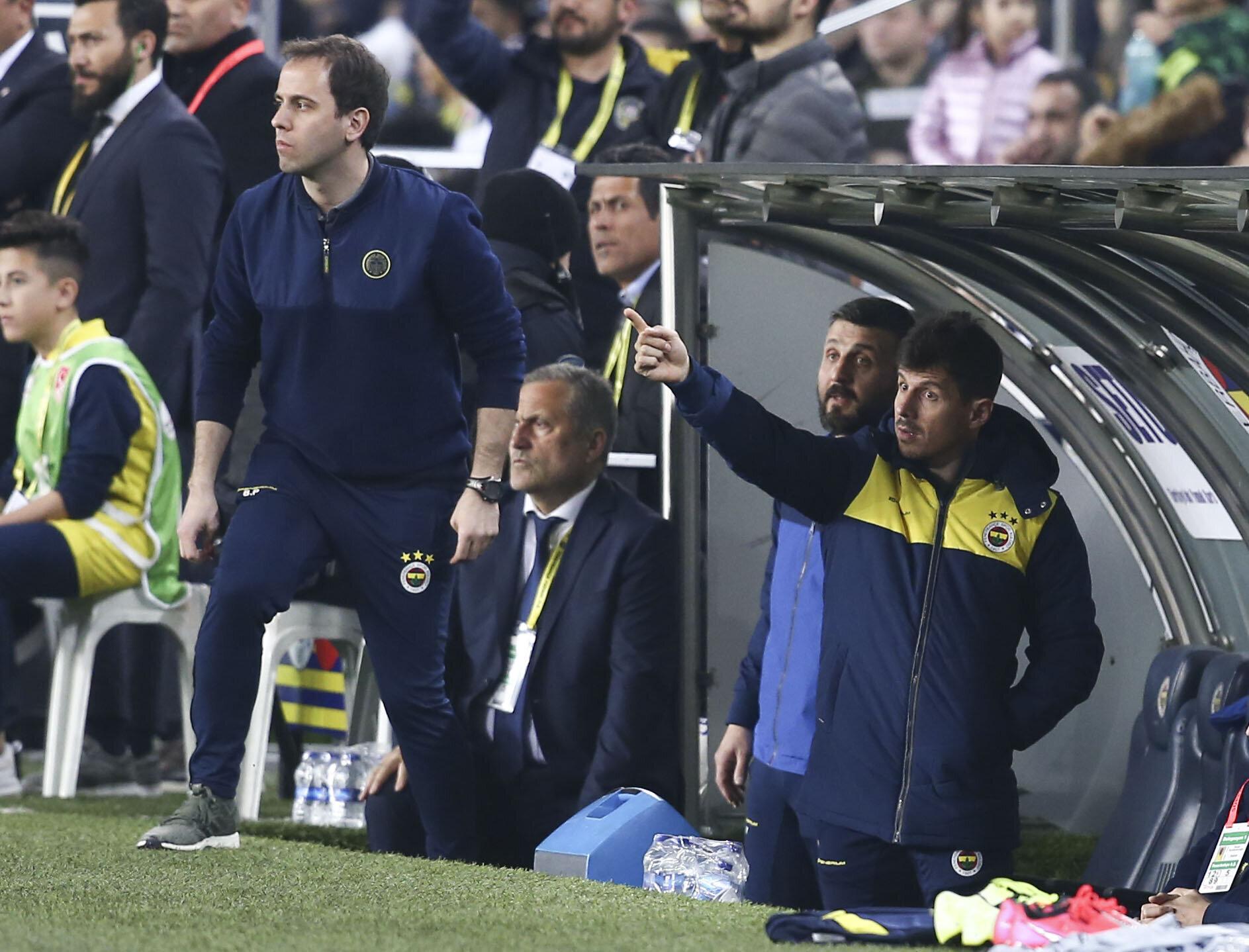 Emre Belözoğlu, Denizlispor maçında takım arkadaşlarına yeden kulübesinden uyarılarda bulundu.