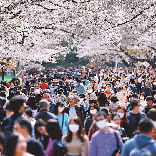 Japonya'da virüs dinlemeden sokağa akın ettiler