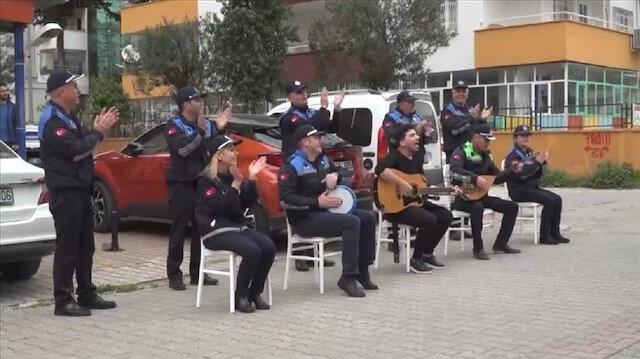 موسيقي وغناء.. الشرطة التركية ترفع معنويات مواطنيها ضد كورونا